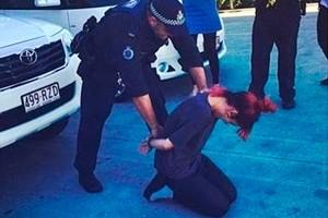 Группа австралийских полицейских будет наказана за участие в шуточном фото певицы Лили Аллен