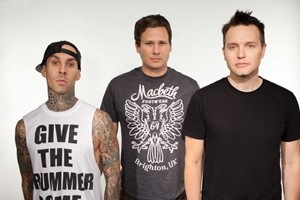 Трэвис Баркер назвал выступление Blink-182 без участия Тома Делонга «потрясающим чувством»