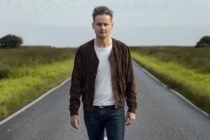 Фронтмен Keane Том Чаплин опубликовал клип на свой новый сольный трек Quicksand